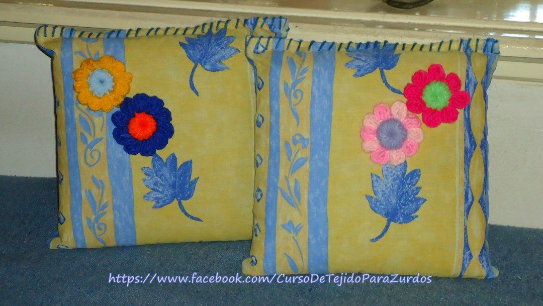 almohadas viejas convertidas en almohadones con detalle de flores tejidas al crochet ganchillo para zurdos