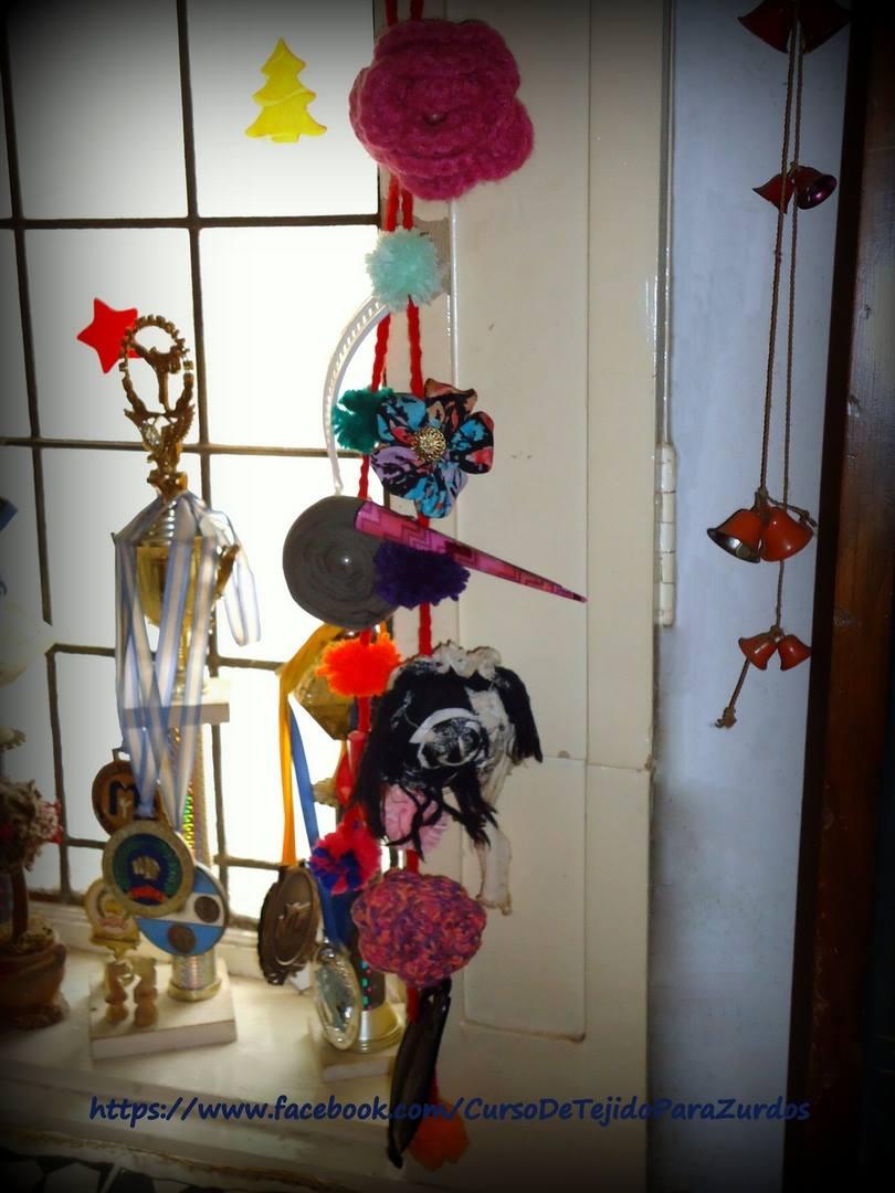 hebillero con pompones hechos con tenedor de tejido crochet ganchillo para zurdos