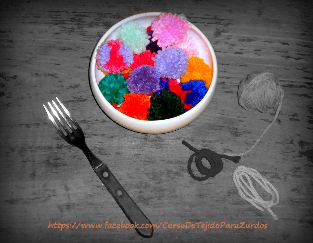 pompones hechos con tenedor de tejido al crochet ganchillo para zurdos